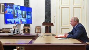 الرئيس الروسي فلاديمير بوتين يحضر اجتماعا لمجلس الأمن القومي بتقنية الفيديو، في موسكو في 16 تشرين الأول/أكتوبر 2020