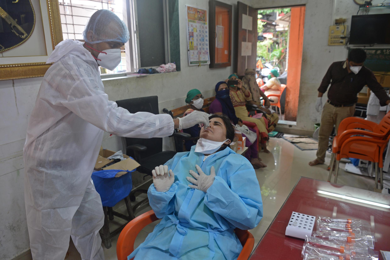 Un trabajador sanitario realiza una prueba para detectar el coronavirus en Bombay, India, el 17 de agosto de 2020