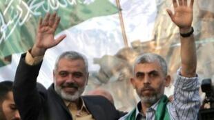 القيادي العسكري في حركة حماس يحيى السنوار (يمين) وإلى جانبه إسماعيل هنية
