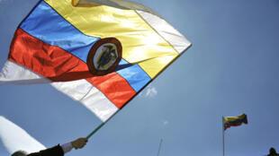 Imagen de archivo de la bandera de Colombia durante una protesta en Bogotá.