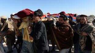 Obsèques des 13victimes des frappes aériennes dans la province afghane de Nangarhar, le 12janvier2018.