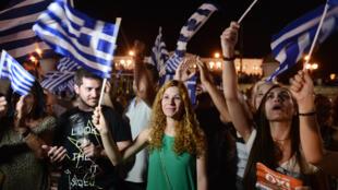 """Scènes de liesse à Athènes après l'annonce de la victoire du """"non""""."""