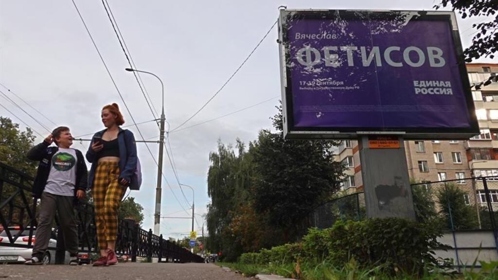 Vista de un cartel electoral del partido político Rusia Unida en Podolsk en las afueras de Moscú, Rusia, el 24 de agosto de 2021.