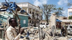 Un hombre frente a los escombros del popular hotel Medina de Kismayo, Somalia, el 13 de julio de 2019.