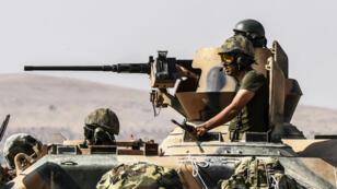 De nouveaux chars turcs sont entrés en Syrie dans le village de Karkamis, à la frontière turque, le 27 août 2016.