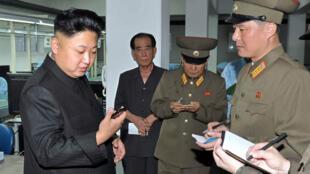 Le leader nord-coréen Kim Jong-un visite une usine de fabrication de téléphones en août 2013.
