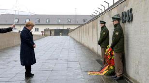 La chancelière allemande se recueille devant le mémorial du camp de Dachau le 3 mai 2015.