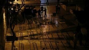 جنود إسرائيليون يزيلون حواجز أمنية أمام باب الأسباط المؤدي إلى المسجد الأقصى 24 تموز/يوليو 2017