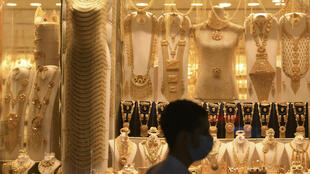 رجل يمر أمام متجر لبيع الذهب في سوق في دبي في 12 أيار/مايو 2020