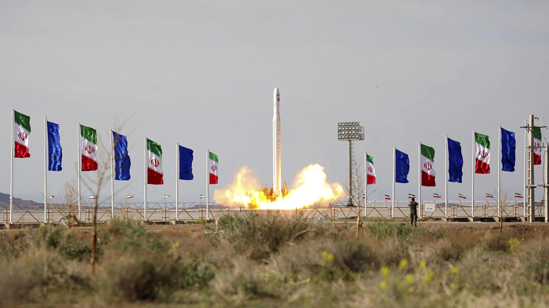En esta foto publicada el miércoles 22 de abril de 2020 por Sepahnews, un cohete iraní que lleva un satélite es lanzado desde un sitio no revelado que se cree que está en la provincia iraní de Semnan.
