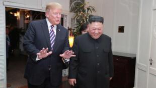 El líder de Corea del Norte, Kim Jong-un, y el presidente de Estados Unidos, Donald Trump, hablan durante la segunda cumbre entre los dos países, esta vez en Hanói, Vietnam el 28 de febrero de 2019.