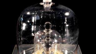 Un prototype du kilogramme conservé au Bureau International des Poids et Mesures (BIPM) à Sèvres
