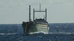 Un navire marchand avec des immigrants clandestins à bord arraisonné par la marine italienne le 20 novembre 2014