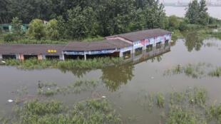 فيضانات قرب نهر يانغتسي في مقاطعة جيانغسو الصينية في 20 تموز/يوليو 2020