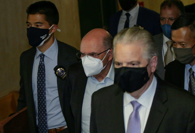 Allen Weisselberg (au centre) à son arrivée menotté au tribunal de Manhattan, le 1er juillet 2021