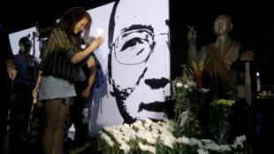 Los partidarios del disidente y ganador del Premio Nobel de la Paz, Liu Xiaobo, rinden homenaje frente a su estatua durante el primer aniversario de su muerte en Hong Kong, China, el 13 de julio de 2018.