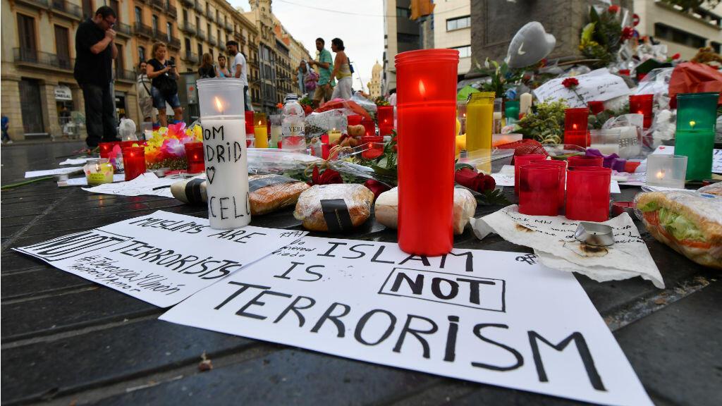 Uno de muchos mensajes que dejó el atentado en las Ramblas en Barcelona, con velas y flores se le homenajeó a las 13 víctimas mortales y decenas de heridos.