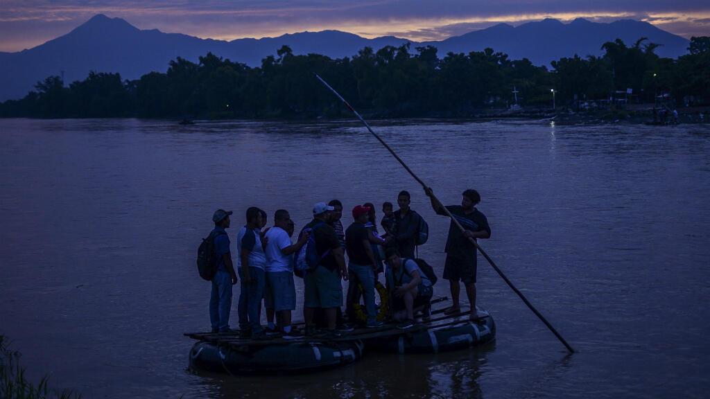 Migrantes centroamericanos llegan a Ciudad Hidalgo, en el estado de Chiapas, México, después de cruzar ilegalmente el río Suchiate desde Guatemala en una balsa improvisada, el 10 de junio de 2019.