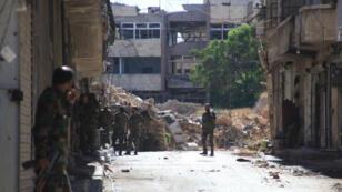 Des civils transportent des blessés après un bombardement des forces gouvernementales dans un quartier rebelle d'Alep, le 30 septembre 2016.
