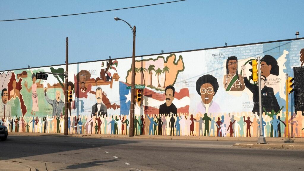 Un mural que muestra íconos históricos mexicanos, puertorriqueños, nativos americanos y negros se exhibe cerca del corredor industrial de Walker Square en Milwaukee, Wisconsin, EE. UU., 20 de septiembre de 2020.