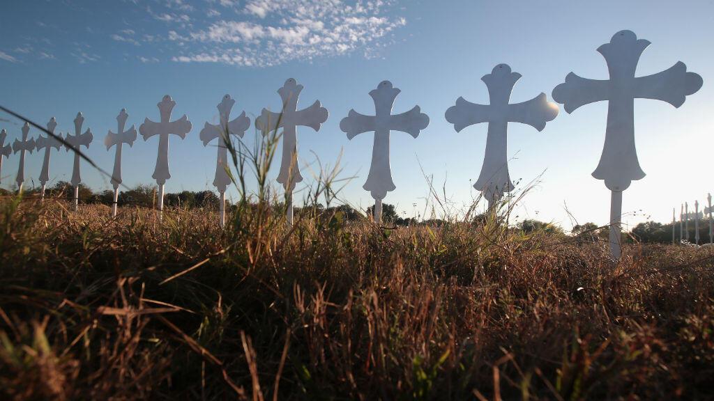 Veintiséis cruces para honrar a las 26 víctimas asesinadas en un tiroteo dentro de la iglesia bautista de Sutherland Springs, Texas.