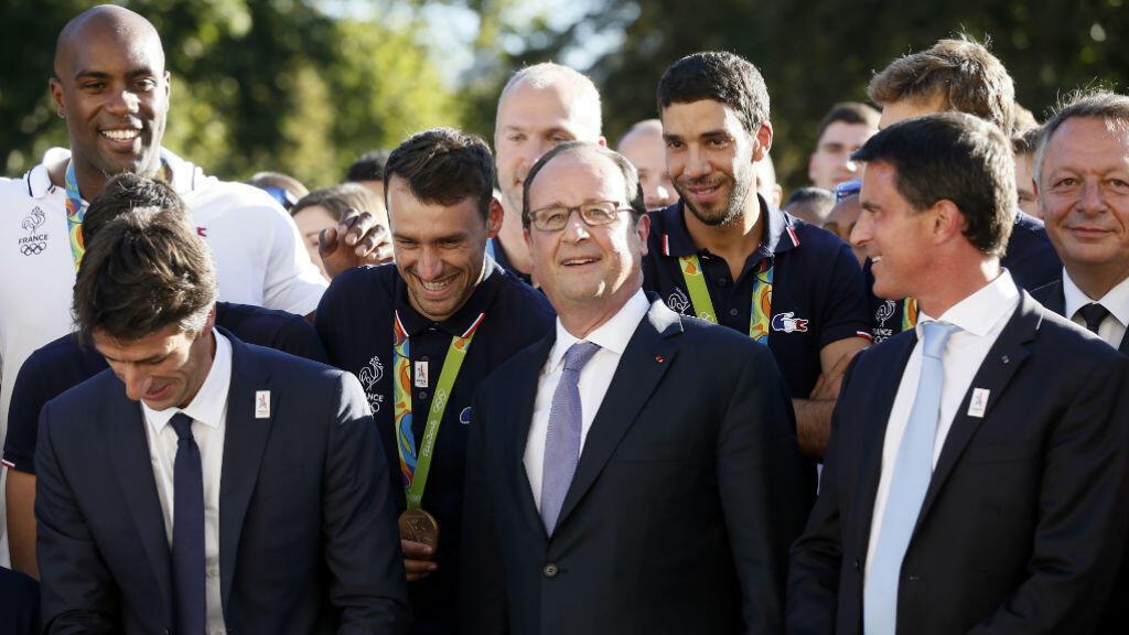 Les athlètes français posent avec François Hollande devant l'Élysée, mardi 23 août 2016.