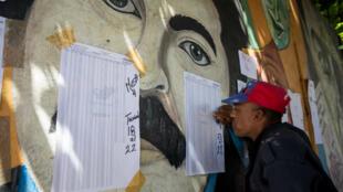Ciudadanos ubican sus mesas de votación  en las listas durante las elecciones presidenciales de 2018 en Caracas, Venezuela, 20 de mayo de 2018.