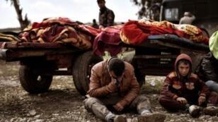 عراقيون أمام عربات محملة بجثث أقرباء لهم سقطوا في القصف على الموصل