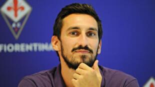 El defensa de la Fiorentina, Davide Astori, posando para los fotógrafos durante su presentación en Florencia, Italia, el 11 de agosto de 2015. Astori, de 31 años, fue encontrado muerto en la habitación del hotel donde estaba concentrado su equipo, el 4 de marzo de 2018 (Imagen de archivo).