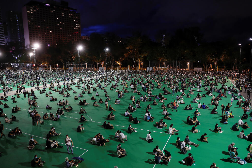 Manifestantes participan en una vigilia a la luz de las velas para conmemorar el 31 aniversario de la represión de las protestas en favor de la democracia en la Plaza Tiananmen de Beijing en 1989, en el Parque Victoria, en Hong Kong, China, el 4 de junio de 2020.