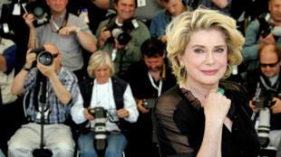 Imagen de archivo. La actriz francesa Catherine Deneuve en el Festival de Cannes, en Cannes, Francia, el 12 de octubre de 2005.