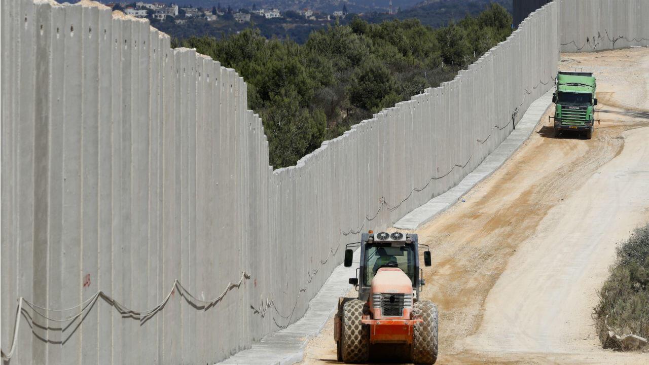 À la frontière nord d'Israël, un immense mur marque la séparation avec le Liban.