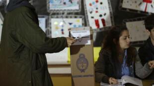 Joven deposita su voto durante las elecciones parlamentarias de Argentina. 10/22/2017