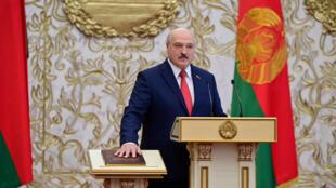الرئيس البيلاروسي ألكسندر لوكاشنكو أثناء تأديته اليمين الدستورية