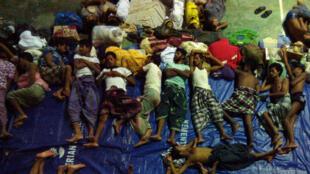 Un groupe de migrants Rohingyas de Birmanie et du Bangladesh secourus dimanche par l'Indonésie au large de Ache, le 12 mai 2015.