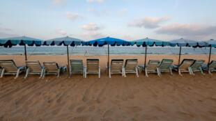 Esta playa en Phuket, Tailandia, solía estar llena especialmente durante las temporadas de vacaciones. Pero por la pandemia del Covid-19, permanecieron vacías como ocurrió el 11 de marzo de 2020.