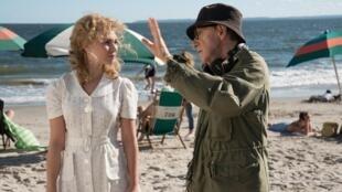 """Woody Allen et Juno Temple sur le tournage de """"Wonder Wheel""""."""