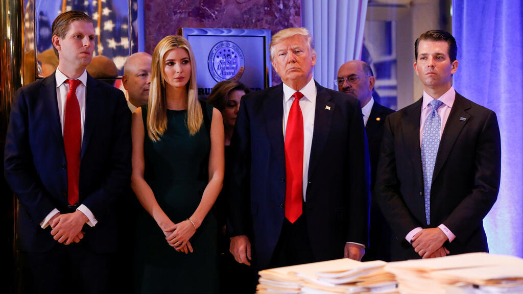 El presidente Donald Trump, rodeado por su hijo Eric Trump, Ivanka Trump y Donald Trump Jr. antes de una conferencia de prensa en la Trump Tower, Manhattan, Nueva York, EE.UU., el 11 de enero de 2017.