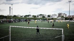 """Foto tomada el 25 de mayo de 2019 que muestra un partido entre los equipos de """"Malí"""" y el """"Resto del mundo"""" como parte de un torneo de fútbol amateur en el estadio Jean-Louis Moulin de Evry, en el sudeste de París"""