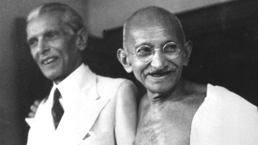 Mahatma Gandhi (derecha) y Muhammad Ali Jinnah, defensor de un estado musulmán separado, posan en los escalones de la casa de Jinnah, donde los dos se reunieron para discutir el conflicto hindú-musulmán. Fotografía tomada en Mumbai, India, el 9 de septiembre de 1944.