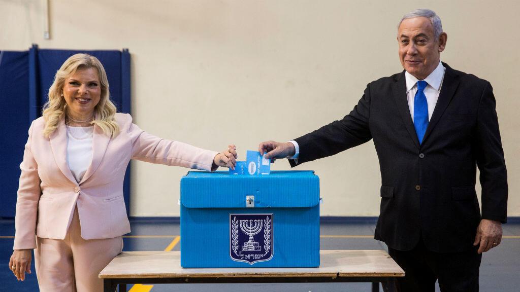 El primer ministro israelí Benjamin Netanyahu y su esposa Sara depositaron sus votos durante las elecciones parlamentarias de Israel en un colegio electoral en Jerusalén, el 17 de septiembre de 2019.