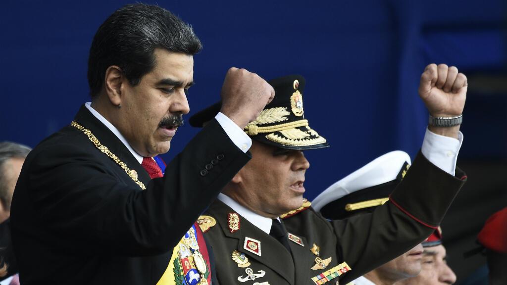 El presidente de Venezuela, Nicolás Maduro y el ministro de Defensa general de Venezuela, Vladimir Padrino,  durante la ceremonia en que las Fuerzas Armadas lo reconocieron después de su inauguración para un segundo mandado, el 10 de enero de 2019, en Caracas.