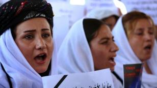 نساء إيزيديات يتظاهرن أمام مكتب الأمم المتحدة في مدينة إربيل العراقية آب/أغسطس 2015