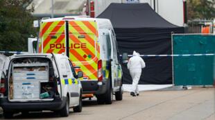 Agentes de policía en el lugar en donde se encontraron 39 personas muertas en el contenedor de un camión en Grays, condado de Essex en el Reino Unido el 23 de octubre de 2019.