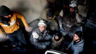 Des membres des casques blancs syriens, unités de défense civiles, sortent des victimes des décombres après un bombardement à Alep-Est le 20 novembre.