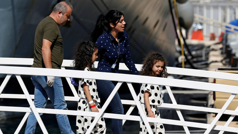Niños migrantes llegan a una patrullera después de ser trasladados desde el barco de rescate Aquarius, en la base del escuadrón marítimo de las Fuerzas Armadas de Malta, en La Valeta, Malta, el 30 de septiembre de 2018.