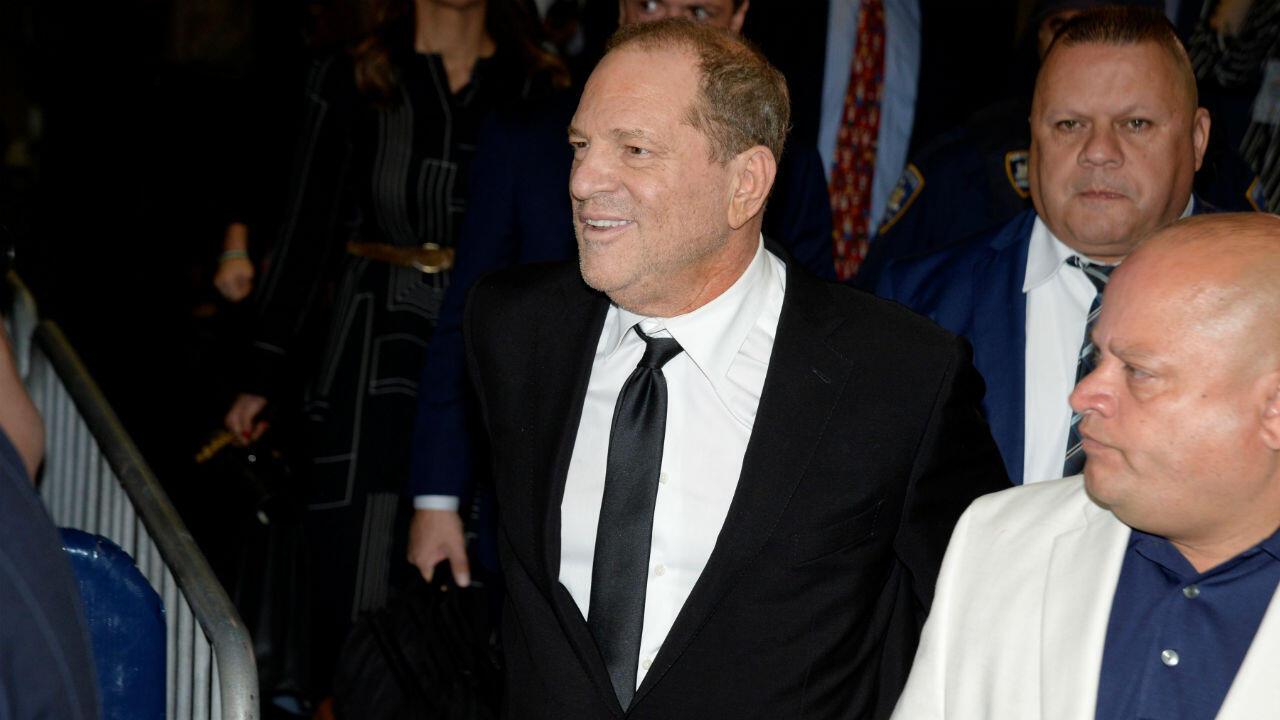 El productor de cine Harvey Weinstein se va después de una audiencia en la Corte Suprema del estado de Nueva York en el distrito de Manhattan de Nueva York, 26 de agosto de 2019.
