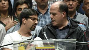 Le vice-président et le président de l'Assemblée nationale du Venezuela, Freddy Guevara et Julio Borges, lundi 17 juillet 2017, lors d'un meeting à Caracas.