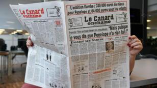 Une lectrice du Canard enchaîné le 1er Février 2017 à Paris.