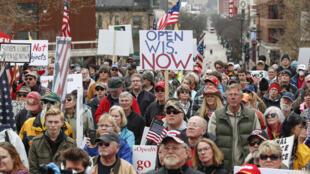 Una protesta contra el confinamiento decretado para frenar la propagación del coronavirus el 24 de abril de 2020 frente al Capitolio de Wisconsin, en Madison (EEUU)